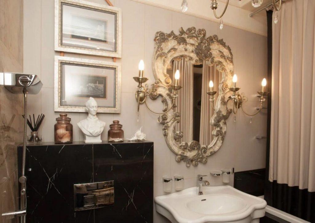 Зеркала в интересных рамах в ванной комнате