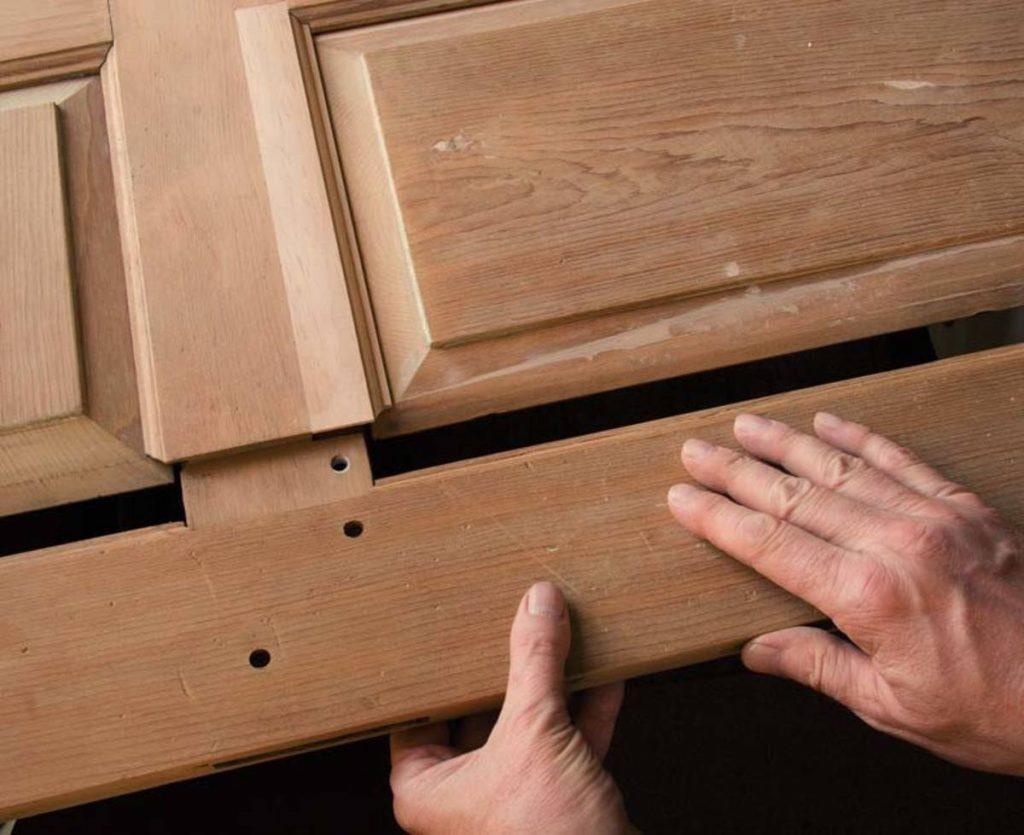 Как отремонтировать деревянную дверь